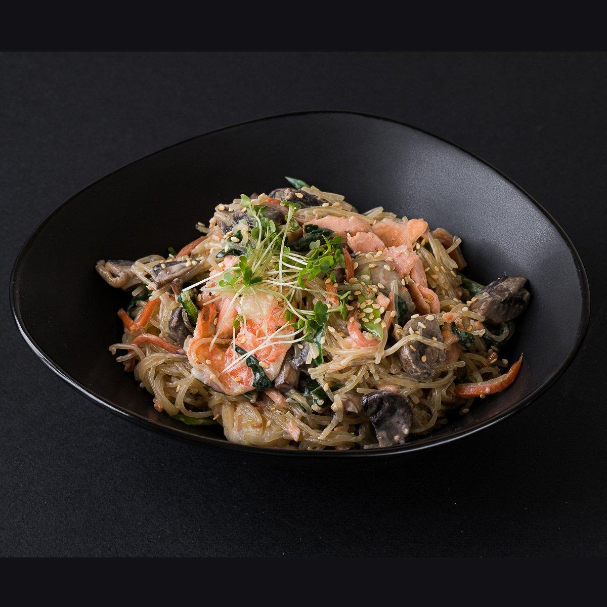 Фунчоза с лососем и креветкой